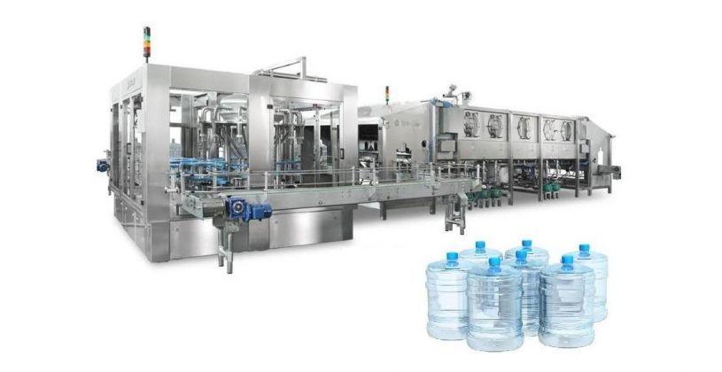 розлив бутилированной воды на линии производства