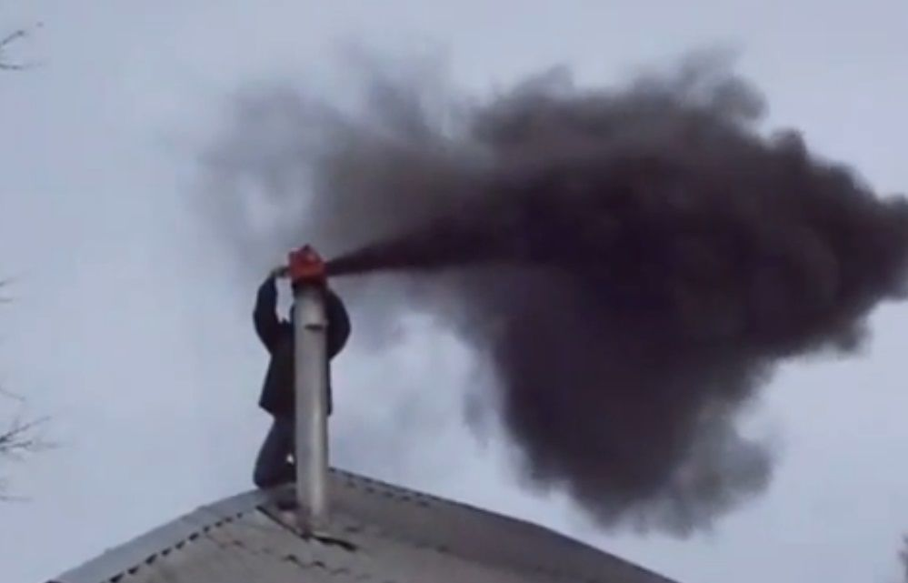 Черный дым - признак большого количества сажи на стенках дымохода