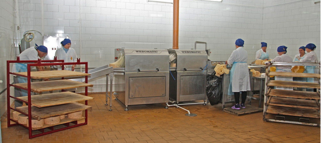 Персонал для работы на линии производства сыра