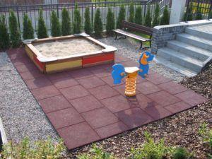 Детская площадка покрыта травмобезопасной плиткой