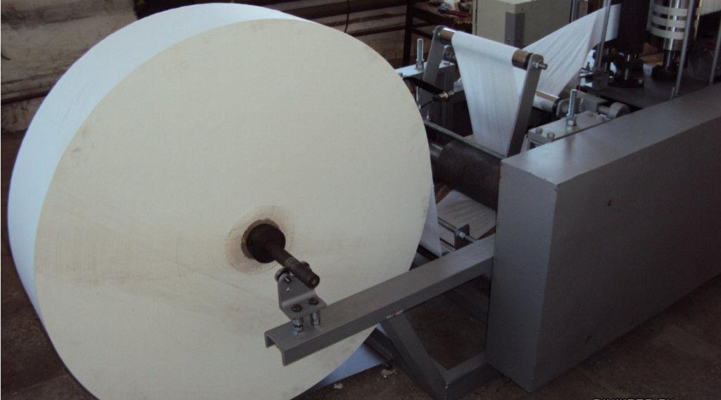 Сырье для салфеток - огромные рулоны бумаги из вторсырья