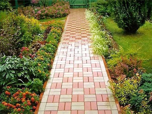 Тротуарная плитка в саду на даче
