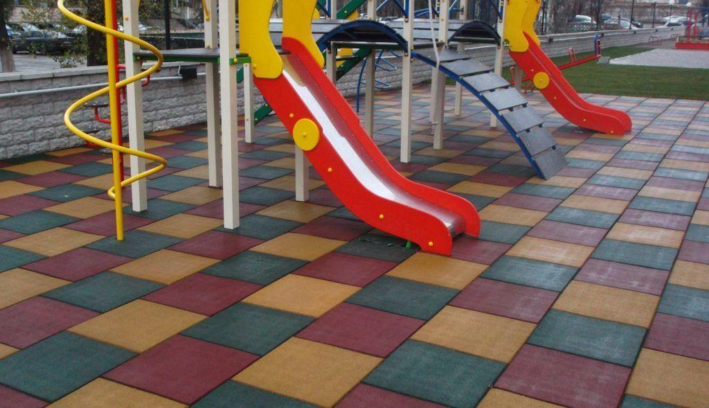 Все чаще детские площадки оборудуют резиновыми покрытиями из-за их вибробезопасности