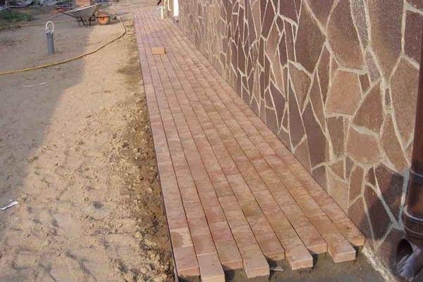 Как уложить тротуарную плитку на отмостку