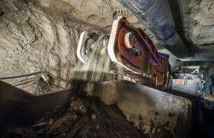 Добыча алмазов под землей ведется комбайной проходкой.