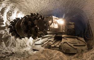 Подземные машины оснащены мощными насадками, имеющими металлические шипы, которые врезаются в горную породу и дробят ее.