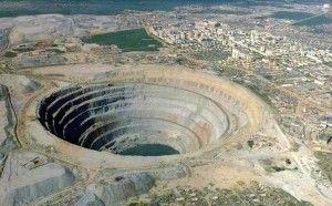 В городе Мирный, в Якутии находится один из крупнейших в мире алмазных карьеров — кимберлитовая трубка «Мир».