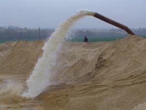 Намывной карьерный песок добывается в карьерах путем промывки большого количества породы