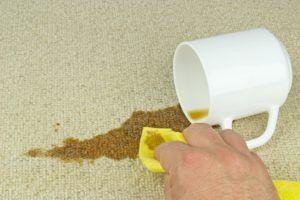 Пролитый кофе нужно смывать пенными средствами