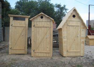 Готовые туалеты для дачи из дерева