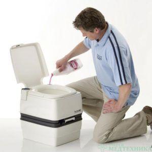 Как заправлять химическими жидкостями туалет