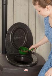 Добавляйте после каждого посещения туалета примерно 0,2-0,5 л торфяной смеси