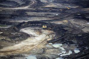 Добыча нефти карьерным способом (из песка)