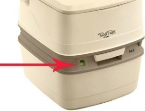 Индикатор наполнения нижнего бака расположен в левой части корпуса биотуалета