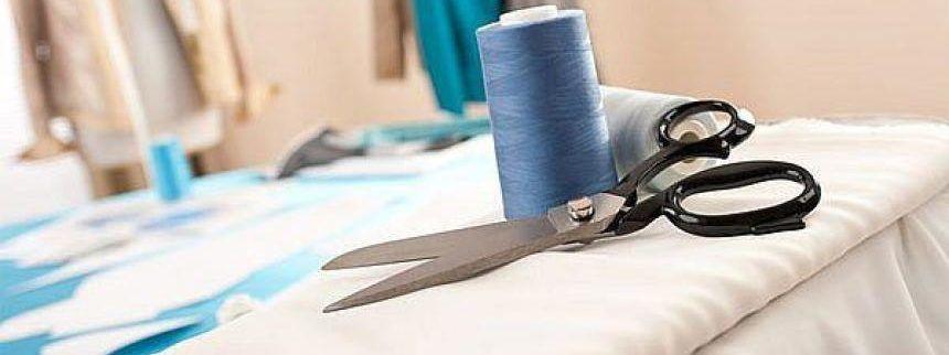 Ткань, нитки и ножницы
