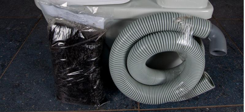 Торфяной туалет в комплекте имеет трубу гофрированную для вентиляции и пакет сухой смеси