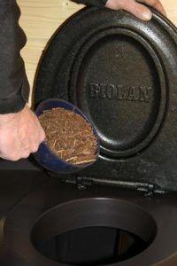 Заполнение торфяной смесью туалета Биолан