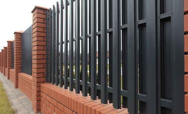 Достойной альтернативной стандартных деревянных заборам может быть забор из металлического штакетника