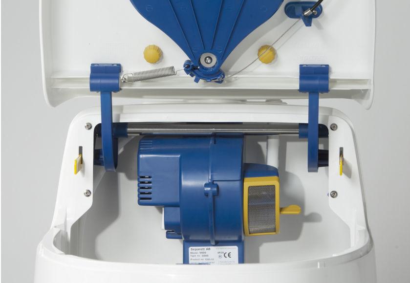 Электрический биотуалет имеет системы раздела отходов на жидкие и твердые