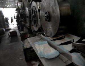 Механизм улаживает готовую прокладку в трое