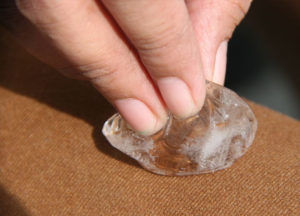Кусочек льда поможет очистить мягкую поверхность от шоколада или жвачки