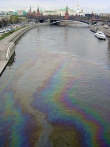 На Москве-реке появилось большое нефтяное пятно