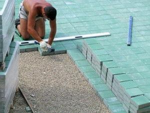 Для удобства ряды брусчатки укладывают в направлении «от себя», так, чтобы продвигаться по уже положенной плитке.