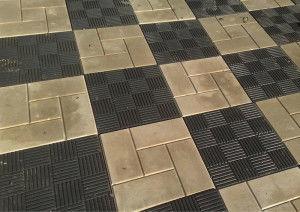 Укладка двух цветов брусчатки в шахматном порядке.