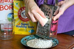 Применяя в качестве пластификатора кусковое мыло, его предварительно измельчают на терке