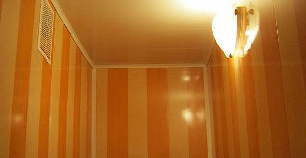 Один из вариантов отделки стен санузла ПВХ панелями