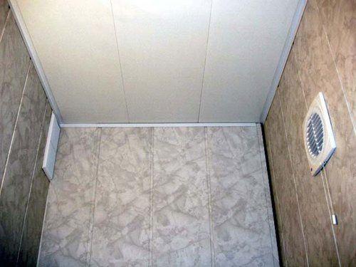 Туалетная кабина отделанная ПВХ вагонкой