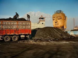 Использование ручного труда при добыче угля в Китае