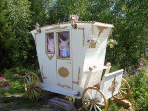 Дачный туалет в виде кареты