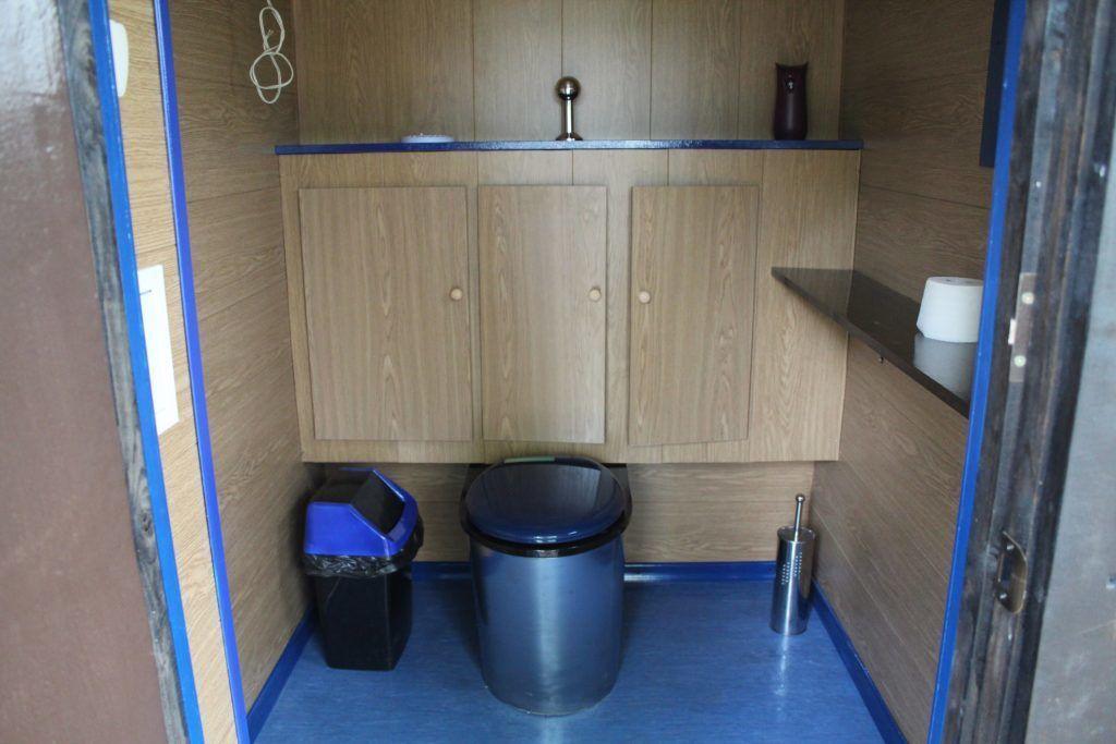 Варианты дачного туалета без подиума со сьемным стульчаком